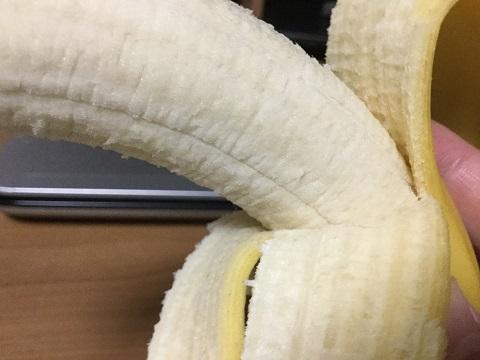 買ってきたバナナを向いた写真