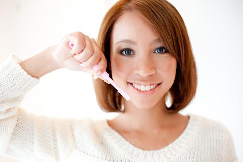 歯磨きで白い歯の女性